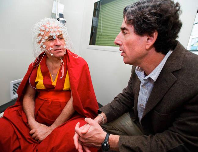 El monje budista Matthieu Ricard  es estudiado por el neurocientífico Dr Richard Davidson