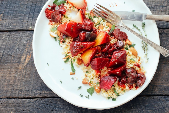 remolacha con quinoa, frutos secos y hierbas frescas
