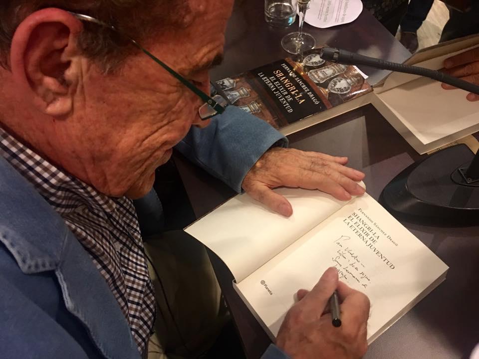 Fernando Sánchez Dragó firmando su libro un día antes de cumplir 80 años en plenitud