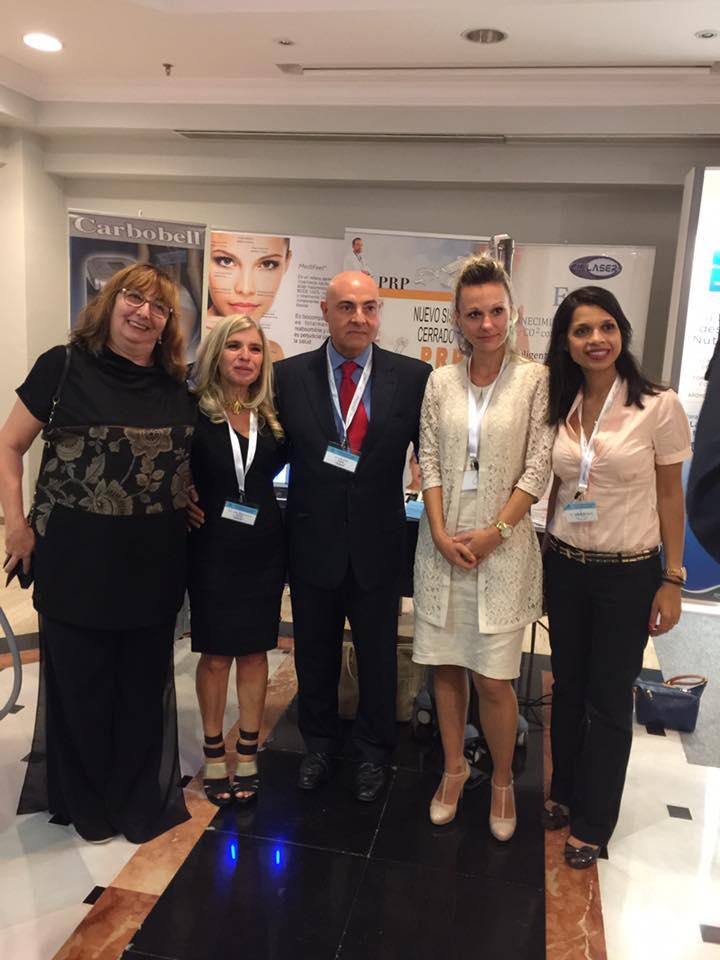 Dr. Serres, presidente de la SEMAL, con la Dra. Llorca, líder en hilos, y otras participantes, en la salón comercial del congreso