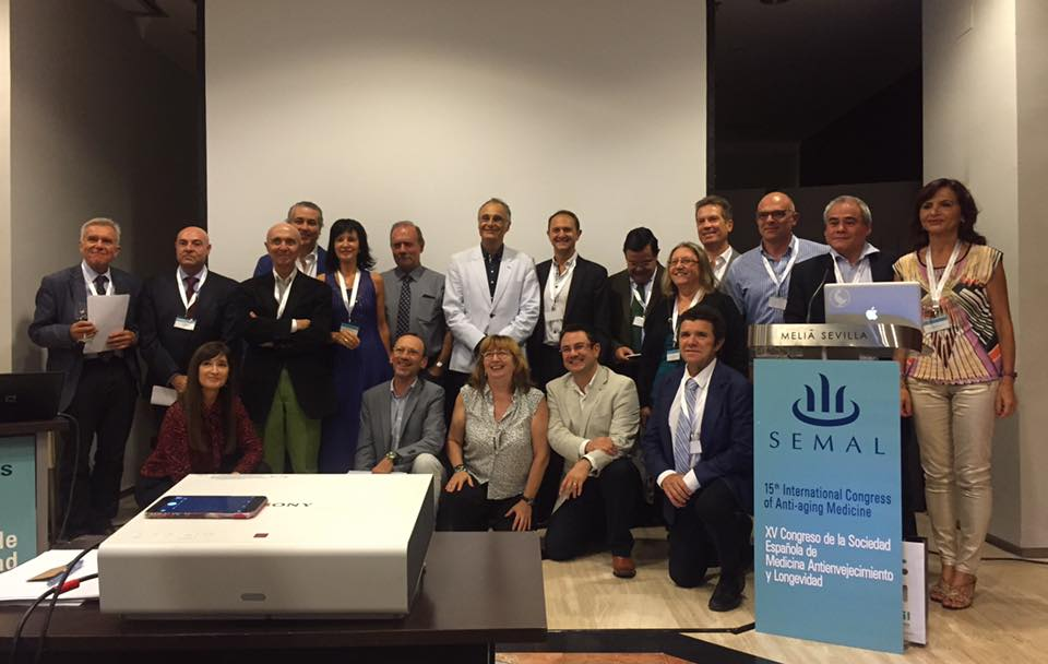 foto de familia con algunos de los miembros. Detrás de mí  Dr. Serres, Dr. Bayón y  Dr. Planas, los fundadores de la SEMAL